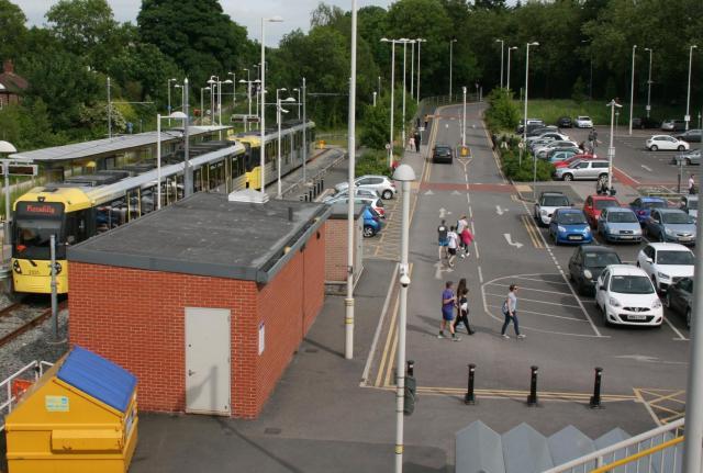 マンチェスター郊外のイーストディズバリー駅。電車を降りた乗客が、駅に隣接する駐車場に向かう