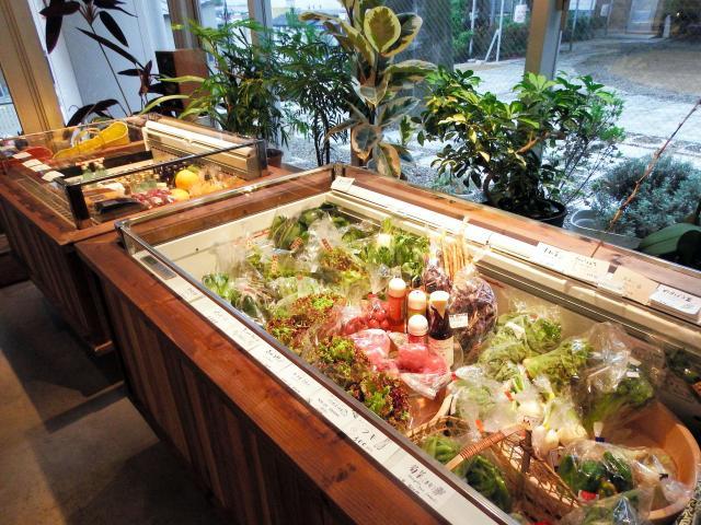 マルシェでは航空便で送られた県産の野菜などが販売されていた=東京都渋谷区