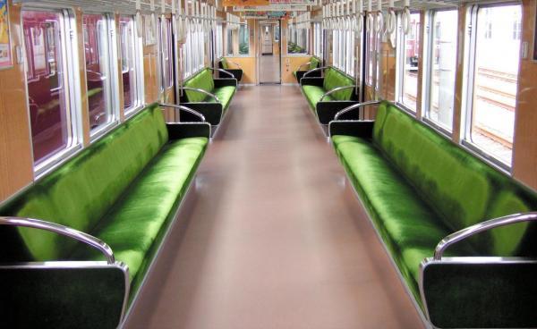 阪急電鉄の座席シート。ゴールデンオリーブと呼ばれる上質感漂う緑色で知られる=阪急電鉄提供