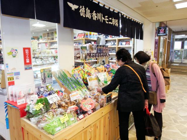 徳島、香川両県の特産品を集めた「徳島・香川トモニ市場」=東京都千代田区