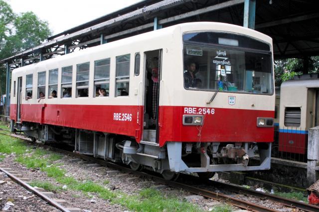 ヤンゴン中央駅に停車する松浦鉄道の車両