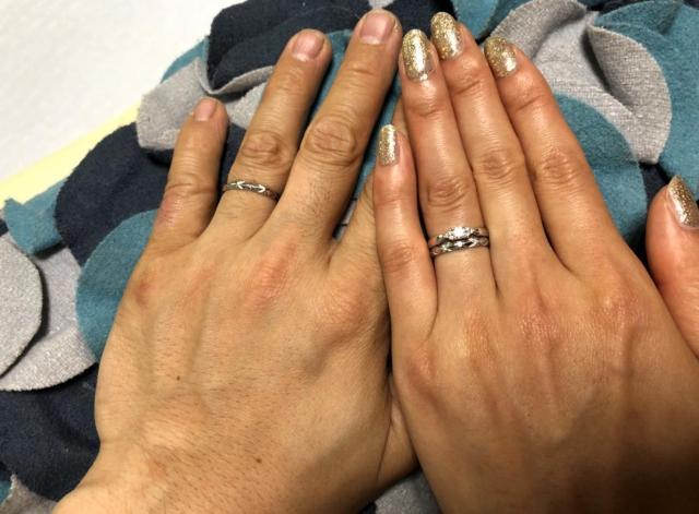 ディズニーランドで男性から贈った婚約指輪と、結婚指輪をした女性(右)。結婚指輪は男性とおそろい=男性提供
