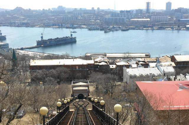 ケーブルカーの線路ごしに、ウラジオストクの港湾が見える