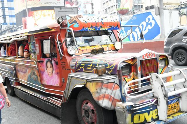 フィリピンのジープニー。キリスト教徒が多い国だけあって、神をたたえる言葉、キリストや天使のイラストなどをデザインした車両も多い