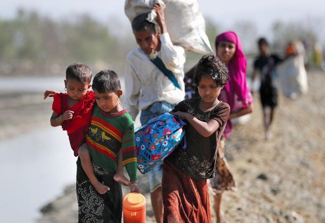 ミャンマーから何日も歩いて国境を越えてきたイスラム教徒ロヒンギャの難民たち。子どもたちの比率も高い=2017年11月、バングラデシュ・コックスバザール