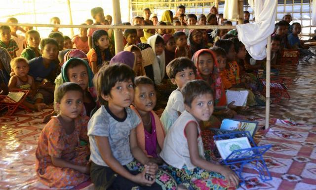 ロヒンギャ難民のキャンプでは、がっこうもつくられている。ボランティアの教師がミャンマー語や英語などを教えている=2017年11月、バングラデシュ・コックスバザール