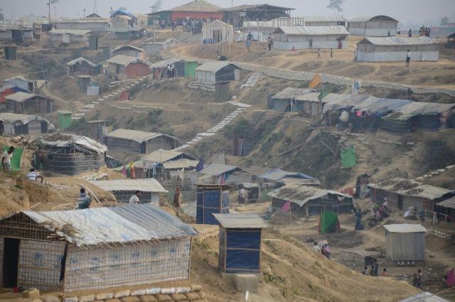 バングラデシュのロヒンギャ難民キャンプは、起伏のある土地につくられた。雨期の土砂崩れや洪水が心配されている=2018年3月、バングラデシュ・コックスバザール