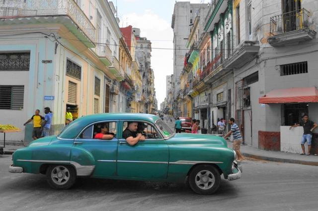 キューバの首都ハバナを走るタクシー
