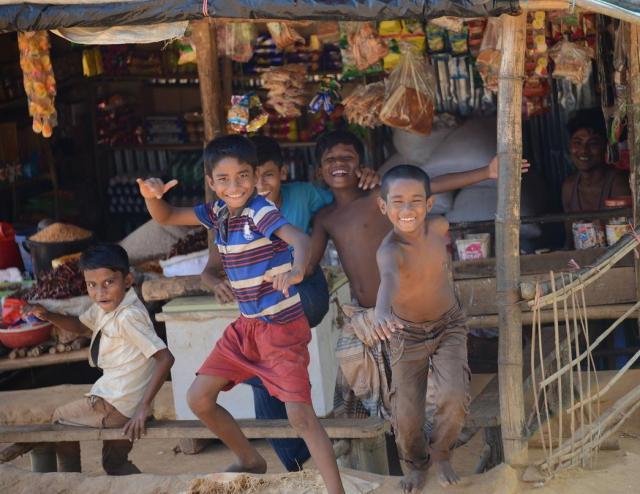 ロヒンギャの難民キャンプではしゃぐ子どもたち。毎日、配給に頼る生活というが、こういう笑顔を見ると、取材中も癒やされる=2018年2月、バングラデシュ・コックスバザール