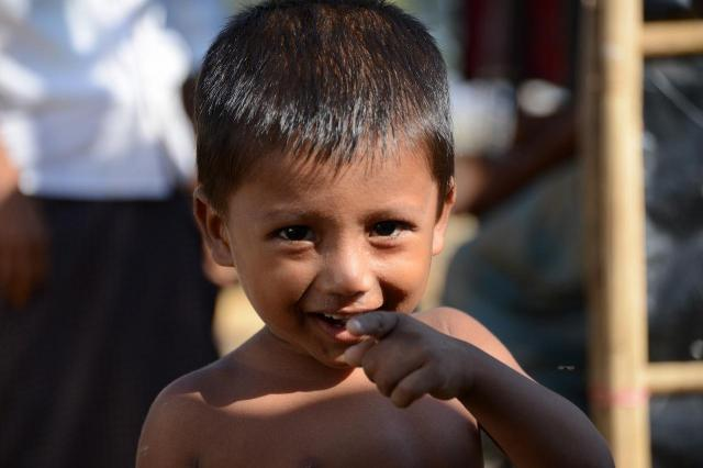 ロヒンギャの難民キャンプでは子どもたちが裸で走り回っている。笑顔の裏に、「将来どうなってしまうのだろう」という不安を感じてしまう=2018年3月、バングラデシュ・コックスバザール