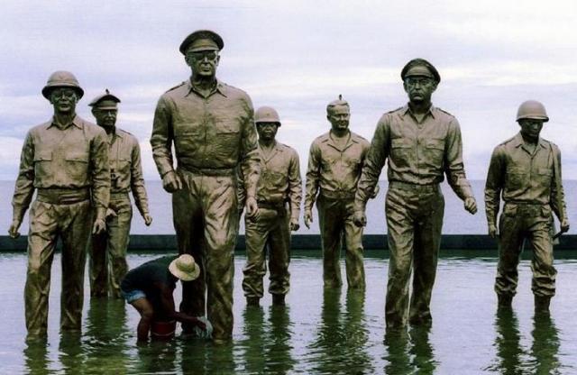 レイテ島にあるマッカーサーの銅像=ロイター