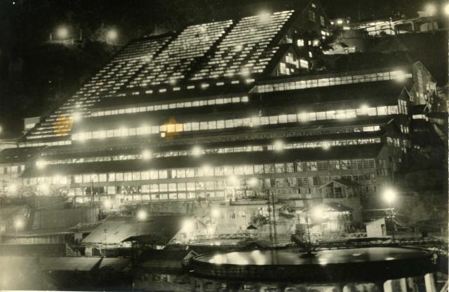 夜も光を発し、「不夜城」と呼ばれた神子畑選鉱場=朝来市教育委員会提供
