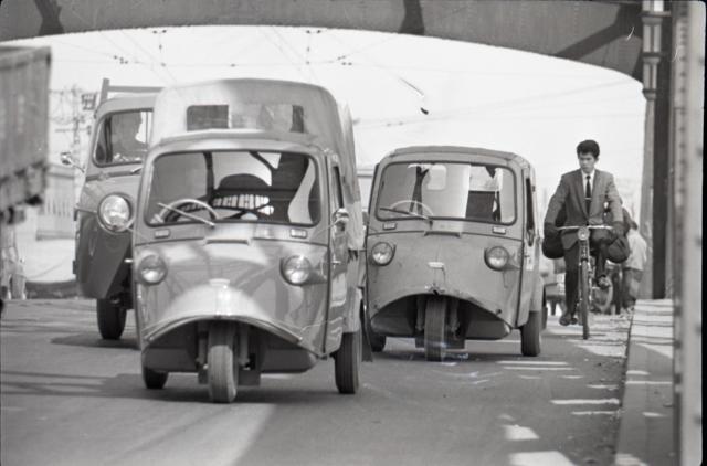 1962年の東京都足立区千住の様子。「ミゼット」が活躍している
