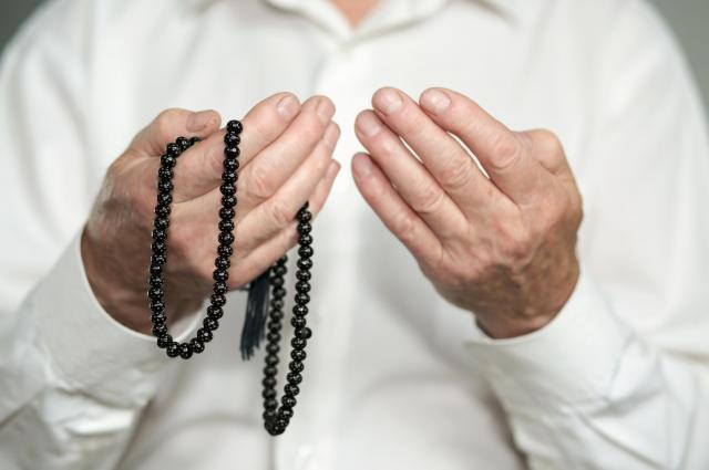 お祈りをする男性 *画像はイメージです