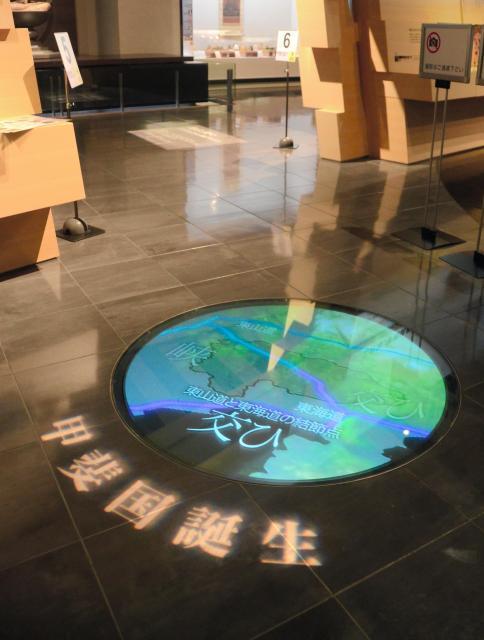 県立博物館では床面のビデオ「甲斐国誕生」で、「交ひ」が語源とする説を紹介=2017年2月、笛吹市御坂町成田