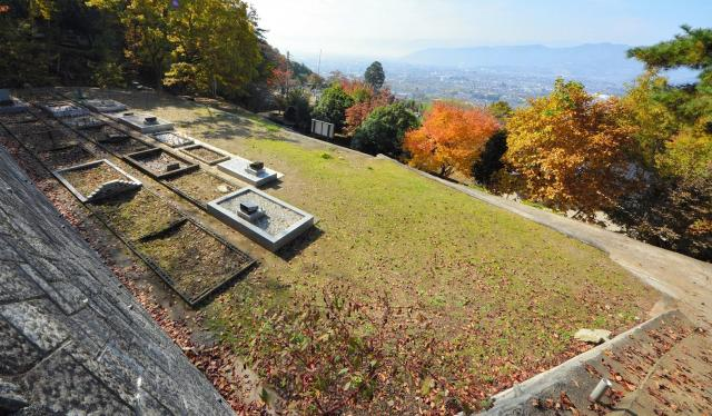 2000年に新たに造成されたイスラーム霊園(新墓地)=2016年11月、甲州市塩山下萩原