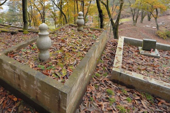1960年代に埋葬された日本ムスリム協会の役員らが眠るイスラーム霊園(旧墓地)=2016年11月、甲州市塩山牛奥