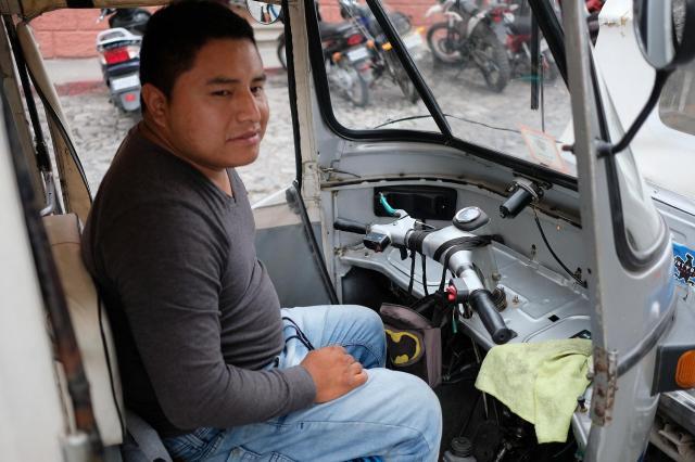 グアテマラの「トゥクトゥク」の運転手さん