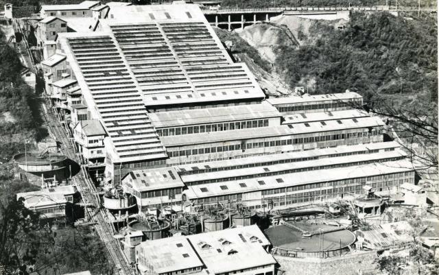 昭和30年代の神子畑選鉱場。山の斜面に現在はない建物があった=朝来市教育委員会提供
