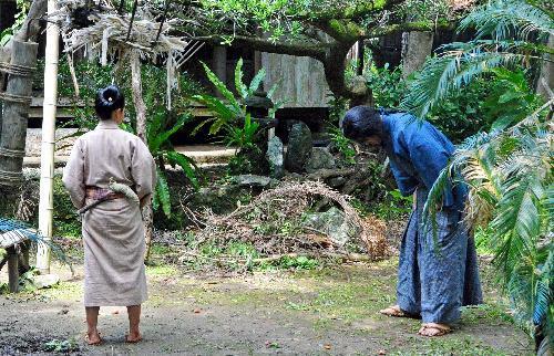 撮影リハーサルの様子。西郷が愛加那に島のことを教えてくれるように頼むシーンという=奄美市笠利町