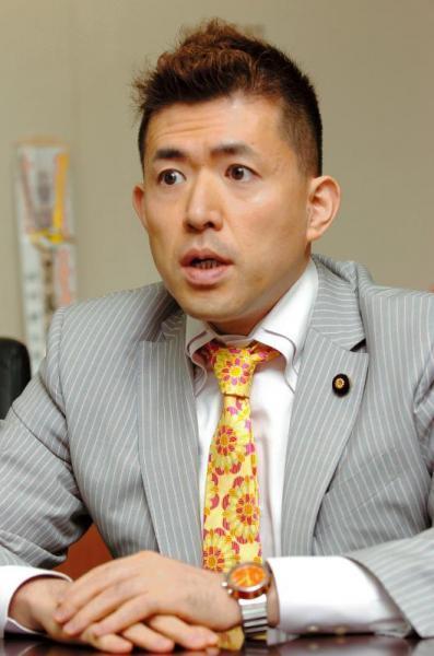 内閣府政務官だったころの田村耕太郎さん=2007年4月27日