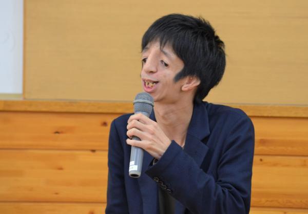 小学生の前で話す石田祐貴さん