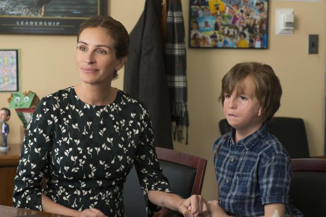映画「ワンダー 君は太陽」オギー(写真右)は生まれつき顔のほおやあごの骨の発達に異常がある「トリーチャーコリンズ症候群」で、27回もの手術を受けてきた。顔にコンプレックスを抱え、外出時には宇宙飛行士のヘルメットをかぶっていた。自宅で学習を続けていたが、小学校5年から学校に通うことに。オギーは学校で好奇の目にさらされ、いやがらせを受ける。家族の励ましでなんとか学校に通い、子どもたちもオギーの人柄にひかれていく