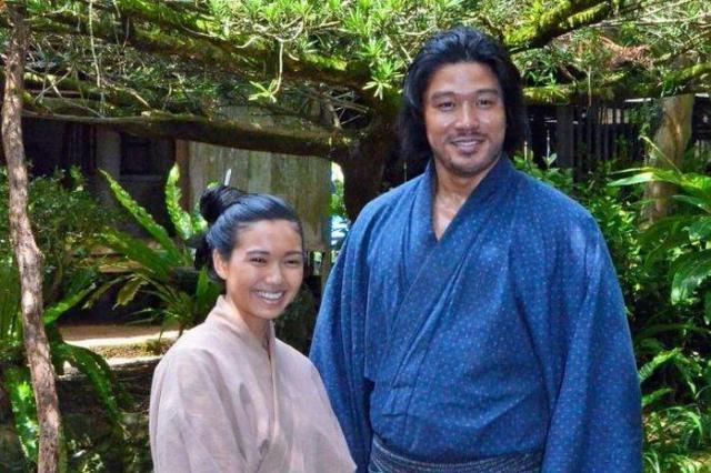撮影現場で取材に応じる鈴木亮平さんと二階堂ふみさん=奄美市笠利町