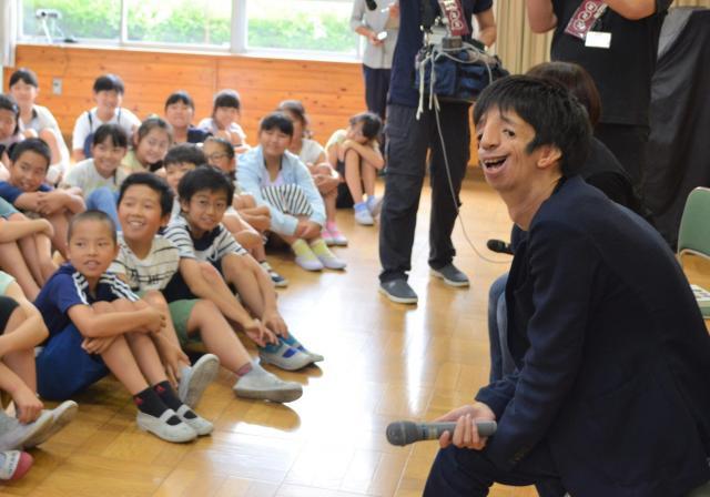 子どもたちと交流した石田さん(右)