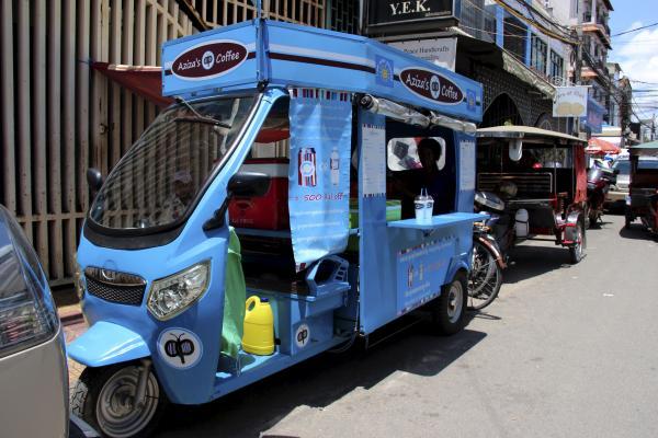 太陽光発電を利用してコーヒーを売るカンボジアのトゥクトゥク