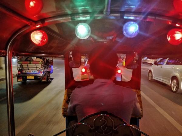 タイ・バンコクのトゥクトゥク、車内から