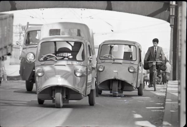 1962年の東京都⾜⽴区千住の様⼦。「ミゼット」が活躍している