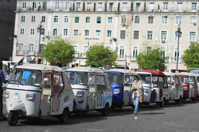 ポルトガルの首都、リスボンで客を待つトゥクトゥク