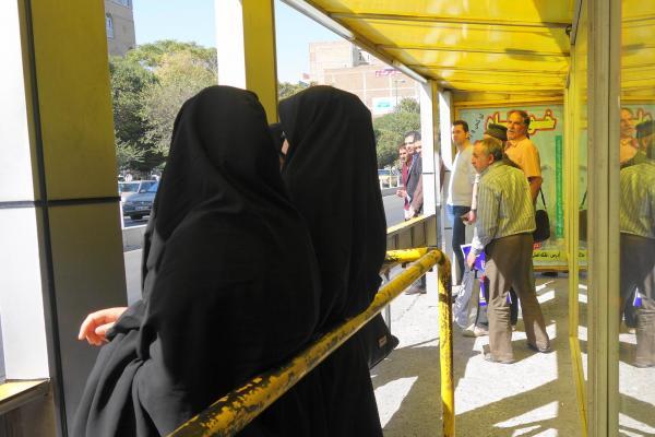 イランはバス停留所も男女で待つ場所が違っていることも