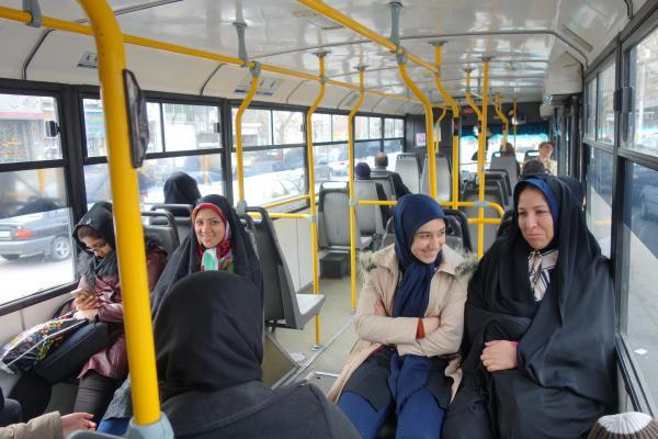 イランのバス車内。男女で座る場所が違う