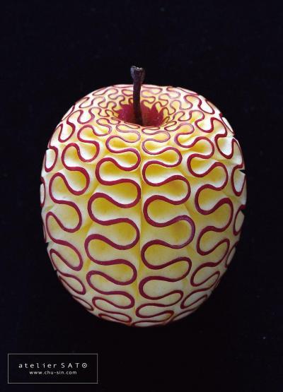 佐藤朋子さんが制作したフルーツカービング。りんごに手彫りしています