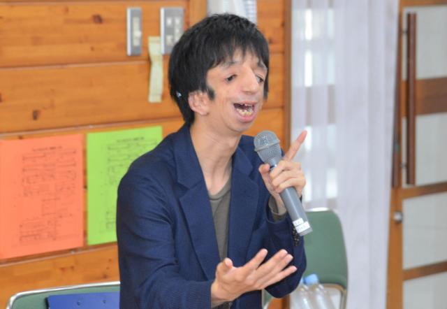 小学生の前で話す石田さん