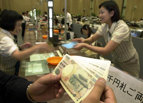 両替で銀行の窓口から払い出される2千円札=2000年7月19日、東京都千代田区