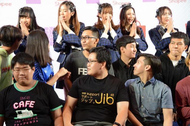 BNK48とファンの記念撮影。真ん中のファンの方の「Jib」というのは、メンバーの1人の名前です=2018年6月、バンコク