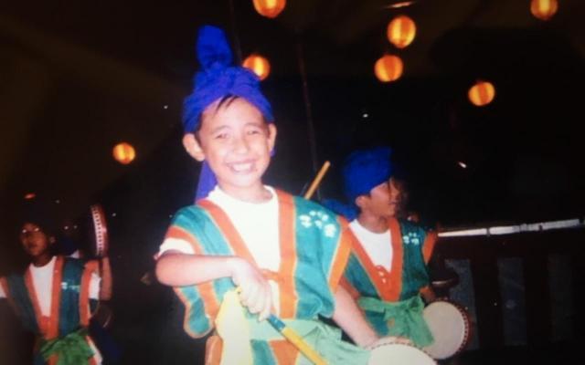エイサーを踊る小学校低学年の頃のりゅうちぇるさん