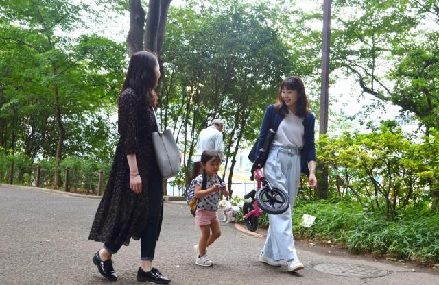 家族留学に参加した榎本さん(左)と受け入れ先の北村さん(右)