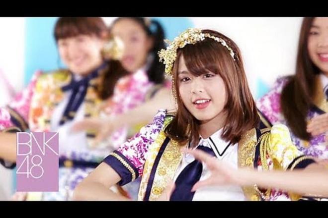 日本と同じ振り付けで「恋するフォーチュンクッキー」を踊るBNK48のメンバー
