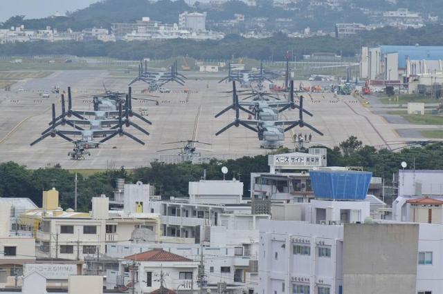 住宅に囲まれた米軍普天間飛行場。駐機場にはオスプレイやヘリが並んでいた=2018年1月、沖縄県宜野湾市