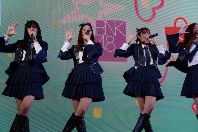 イベントで歌うBNK48のメンバー。ファンからは大きな歓声が飛んだ=2018年6月、バンコク