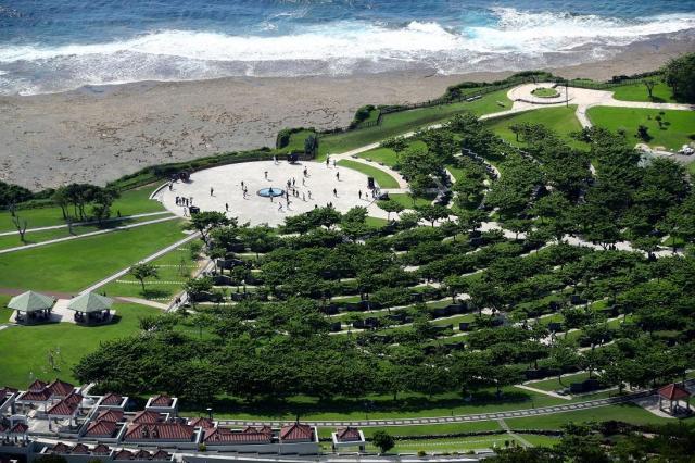 慰霊のため平和祈念公園には多くの人たちが訪れた=2018年6月23日=沖縄県糸満市