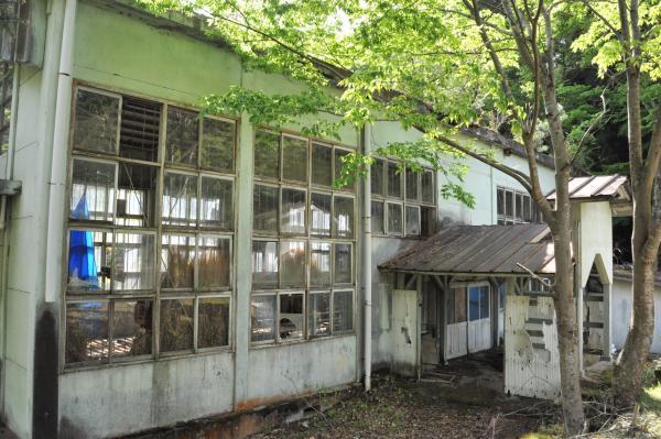 閉校した神子畑小学校の体育館跡=兵庫県朝来市、小池寛木撮影