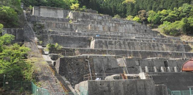 山の斜面にひな壇状に残るコンクリートの基礎部