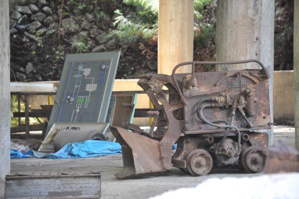 円形の建物の内部にある工作機=兵庫県朝来市、小池寛木撮影
