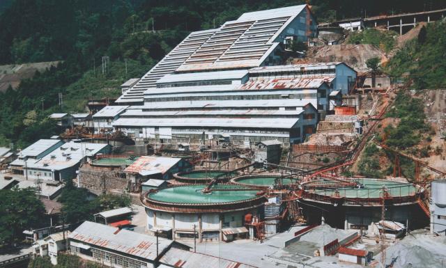 稼働していた昭和50年代の神子畑選鉱場。右手前に円形の建物がある=神子畑鉱石の道推進協議会提供