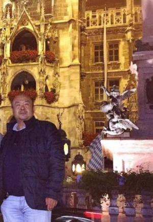 2015年、ドイツのミュンヘン中心部のマリエン広場で記念撮影する金正男氏=関係者提供